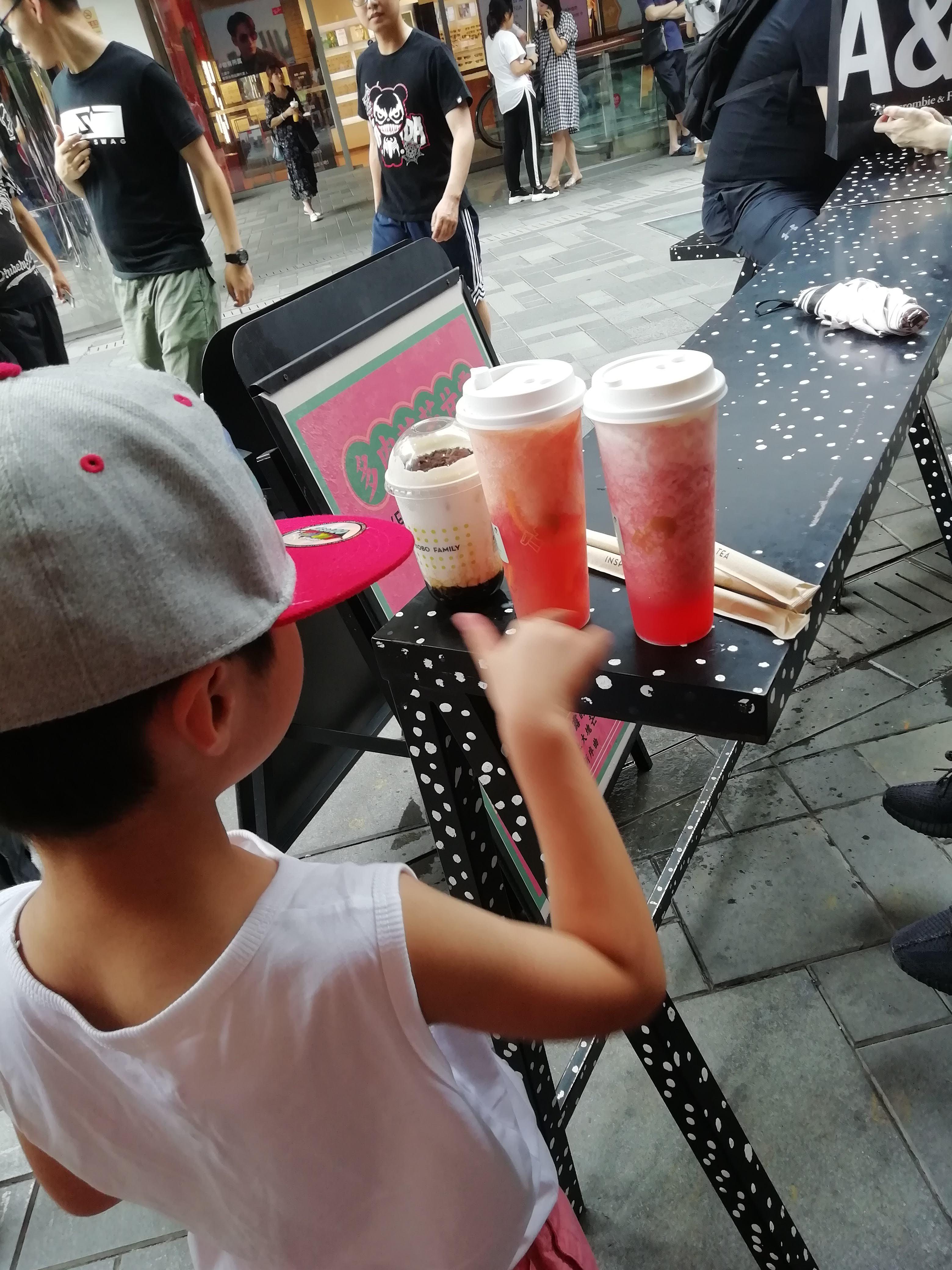 はやりのドリンクスタンド。日本ではタピオカミルクティーばかりはやっていますが、私は果物茶(といっても茶葉ははいっていません)のほうがフルーティで好きです。